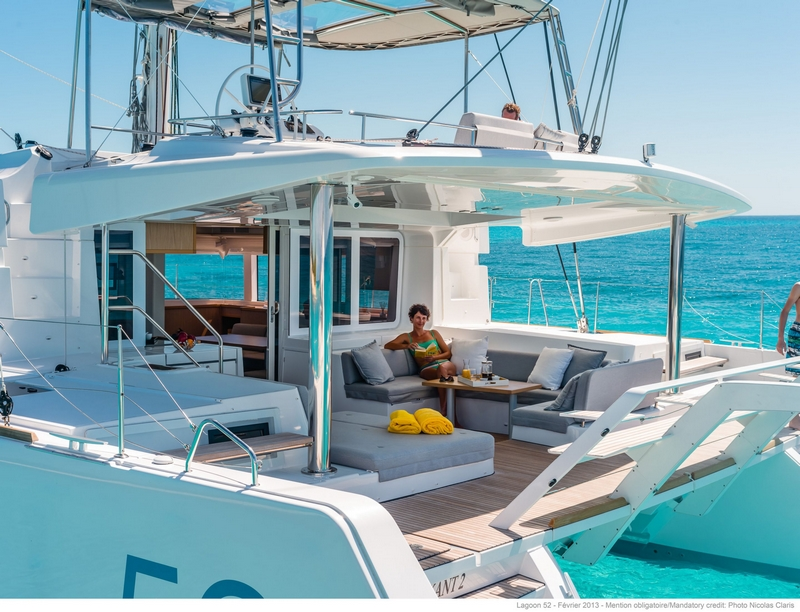 luxe catamaran relaxen in cockpit